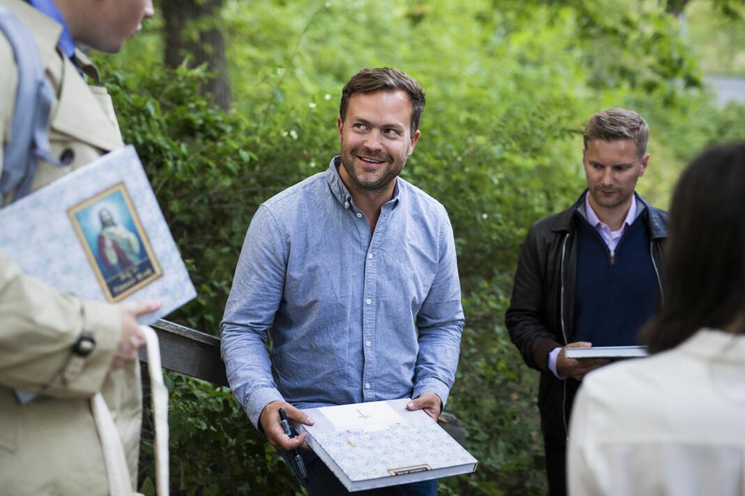 Erlend Berge har fotografert massevis av bedehus. – nå tar han bilder av talerstoler. Her signerer han boka «Sjå, eg kjem snart!» på Betlehem Bedehus, i august 2018. Foto: Kristine Lindebø