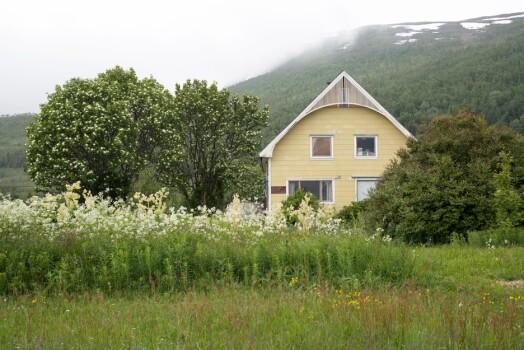 Hus på Kvaløya i 2018. I dag har huset panel. Foto: Ingun Mæhlum