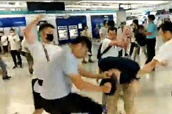 NTB: Journalister ble angrepet av menn i hvite t-skjorter i Hongkong