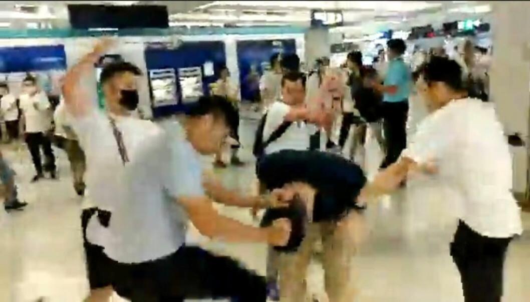 Menn i hvite t-skjorter skal ha angrepet både demonstranter og journalister i Hongkong. Foto: Reuters / NTB scanpix