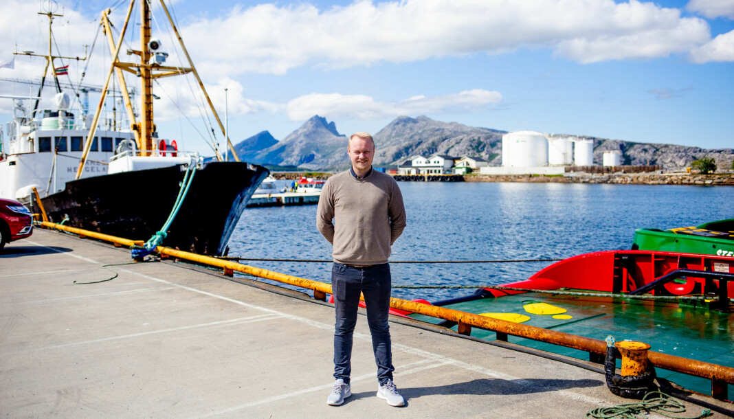 Marius Guttormsen, redaktør i nettavisen iSandnessjøen, står nede på kaikanten i byen. Her leder han én av nysatsingene til Amedia. Foto: Eskil Wie Furunes