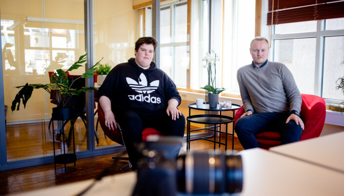 Trond Odin Johansen er sommervikar for Jill-Mari Erichsen. Her sammen med redaktør Marius Guttormsen inne i det gamle banksjefkontoret. Foto: Eskil Wie Furunes