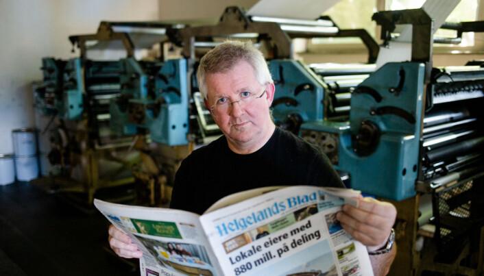 Helgelands Blad har trykkeriet i samme bygg som redaksjonslokalene. Her står redaktør Morten Hofstad i trykkerilokalene tidligere i sommer. Foto: Eskil Wie Furunes