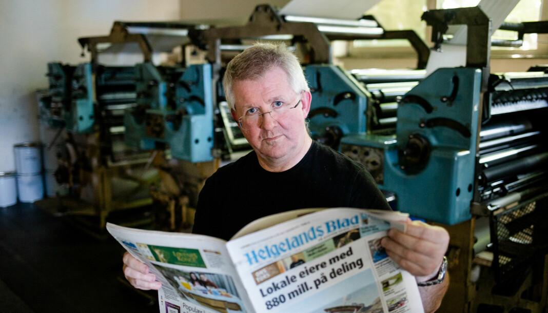 Redaktør Morten Hofstad i Helgelands Blad står i trykkeriene i etasjen under redaksjonen. – Det rister i hele lokalet når pressen er i gang, sier han. Foto: Eskil Wie Furunes