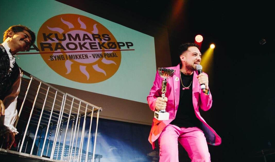 Kristoffer Kumar på scenen under Kumars Karaokekøpp, en populær fest blant mange i mediebransjen. Foto: Bjørk Ellingsbø