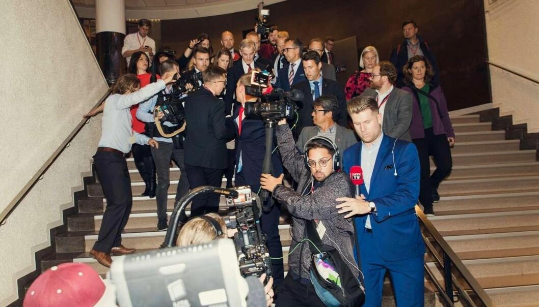 Kristoffer Kumar, med kamera og hodetelefoner, følger Jonas Gahr Støre ned en bratt trapp sammen med reporter Mads A. Andersen. Foto: Kyrre Lien