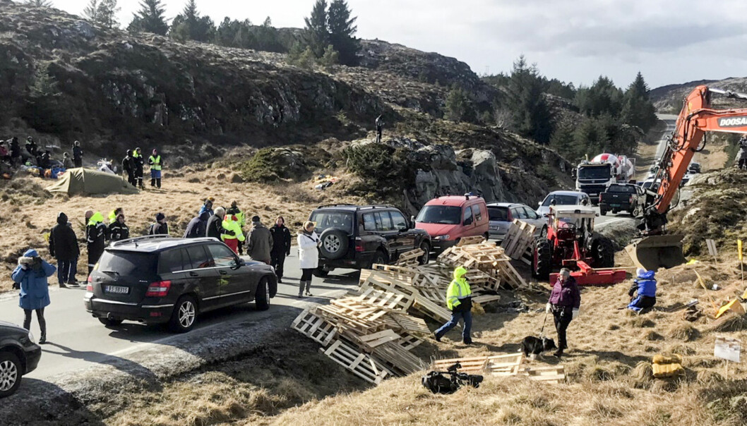Demonstranter protesterte tidligere i år mot den omstridte vindkraftutbyggingen på Frøya. Foto: Ronny Teigås / NTB scanpix