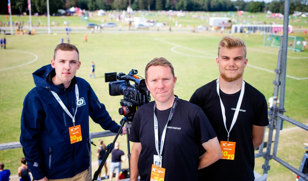 Christian Haksø (i midten) er Amedias videogeneral under Norway Cup. Ved siden av står 2 av 68 som får hjulene til å gå rundt, Henrik Granum (til venstre) fra Gudbrandsdølen Dagningen og Aasmund Myklebust fra Romsdal Budstikke. Foto: Eskil Wie Furunes
