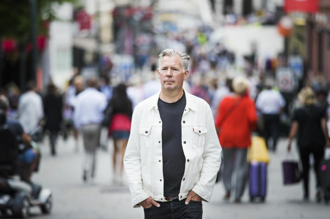 Erik Valebrokk leser fast Dagsavisen på papir hver morgen. Resten av dagen går det mye i Facebook. Foto: Frode Hansen / VG / NTB scanpix