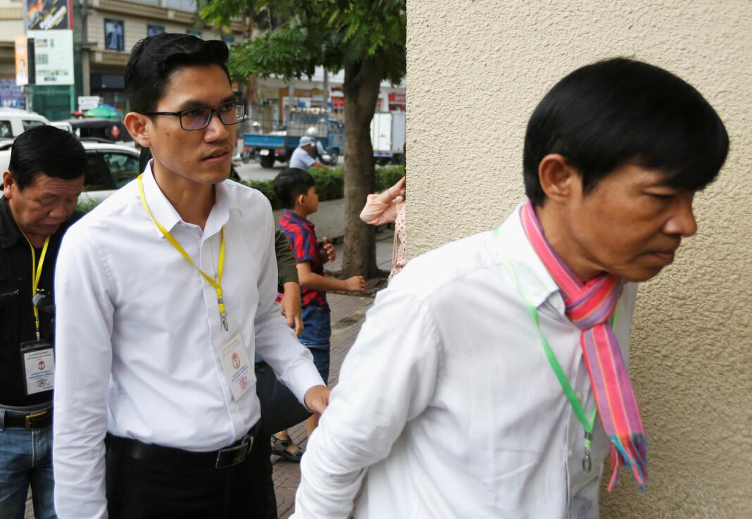 Journalistene Yeang Sothearin og Uon Chhin før rettssaken i Phnom Penh i Kambodsja fredag. De risikerer fremdeles 15 års fengsel for å ha levert stoff til USA-støttede Radio Free Asia. Foto: Samrang Pring / Reuters / NTB scanpix