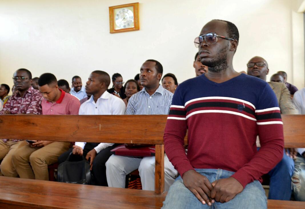 I forrige uke ble gravejournalisten Erick Kabendera pågrepet, anklaget for organisert kriminalitet, hvitvasking og skatteunndragelse. Her fra rettssalen i Dar es Salaam. Foto: Reuters / NTB scanpix