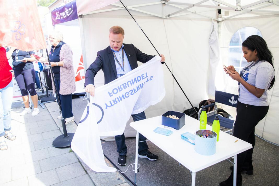 Resett-sjef Helge Lurås og Shurika Hansen, som er styreleder i Ytringsfrihetsforbundet, på sin stand under Arendalsuka tirsdag. Foto: Håkon Mosvold Larsen / NTB scanpix