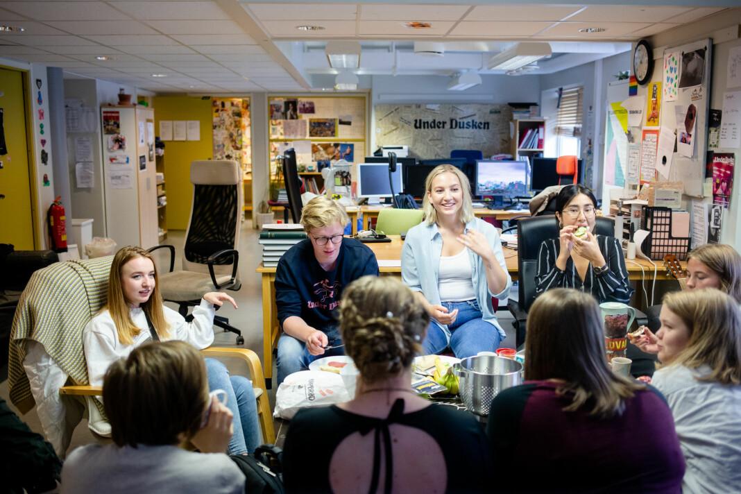 Kl 11.22: Redaktørene i Under Dusken spiser frokost sammen før de starter en maratonhelg med ferdiggjøring av semesterets første papirutgave. Foto: Eskil Wie Furunes
