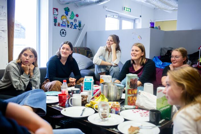Kl 12.24: Før arbeidsdagen går redaksjonen gjennom en økt med mat, prat og quiz. De fleste duskerne som møter denne dagen er kvinner. Her følger Vilde Aurora Halle Tvedten (fra venstre), Ingvild Lyngnes, Marthe Bjerva, Tanja-Iren Harsvik Haugen og Sigrid Solheim med på det redaktøren sier.