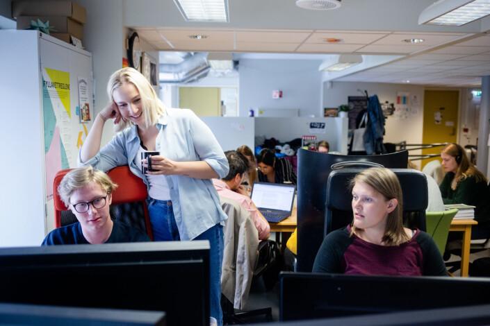 Kl 12.54: Under Dusken-redaktør Jenny Westrum-Rein (bak) følger med på Aslak Liaaen som bidrar til å tegne ut avisen.