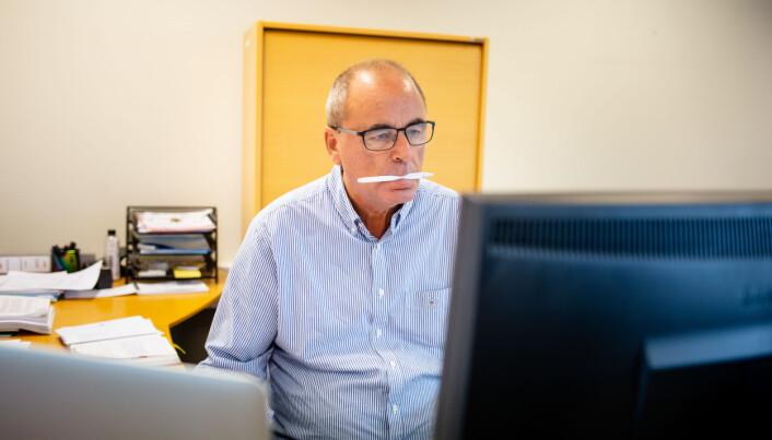 Jan Fossen sitter med pennen klar foran pulten sin inne i Varingens lokaler.
