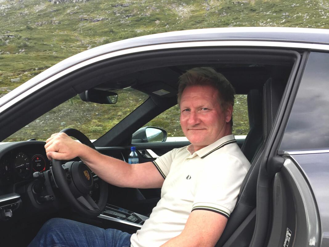 På jobb for NTB. Her tester Morten Abrahamsen en Porsche 911 på Strynfjellet. Foto: Privat