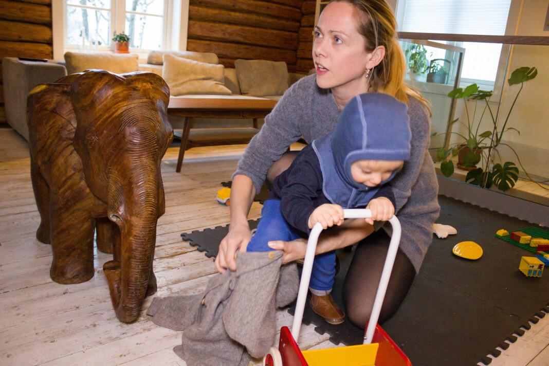 Typisk morgen for Foreldre & Barn-redaktør Nina Lødemel: Motvillige bein må presses inn i bukser og sokker. Foto: Ingri Valen Egeland / Valdresmagasinet