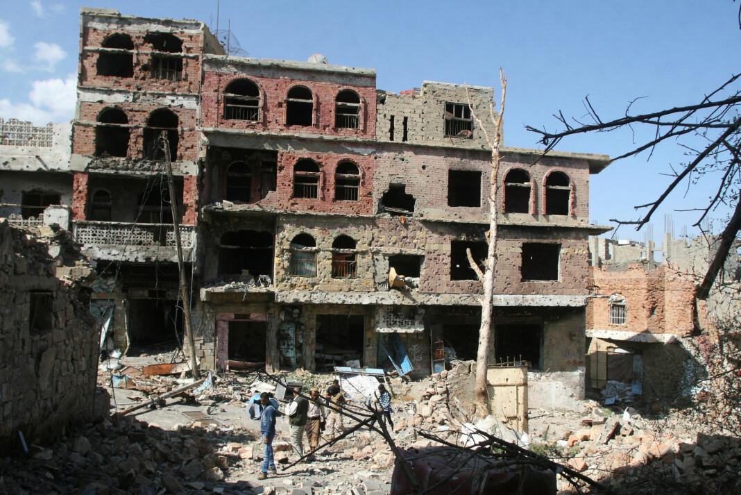 Minst 20 journalister er drept, og like mange kidnappet i Jemen-krigen. Her er journalister utenfor ødelagte bygninger etter kamper i byen Taiz i november 2016. Foto: Anees Mahyoub / Reuters / NTB Scanpix