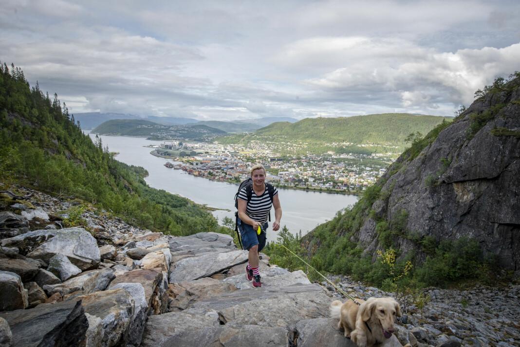 Lena Knutli har akkurat flytta fra Trondheim til hjemplassen Mosjøen og begynt som journalist i Helgelendingen. «Bilde av meg selv hesblesende opp Helgelandstrappa med hunden min Tinus». Foto: Privat