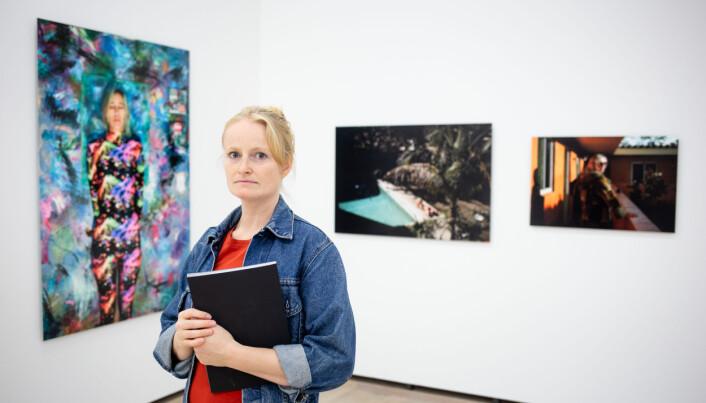 Frilansfotograf Monica Strømdahl står foran tre av flere bilder som stilles ut på Henie Onstad Kunstesenter. Foto: Eskil Wie Furunes