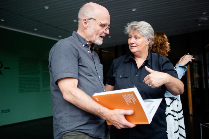 Designer Gösta Flemming viser frem NJP-boken til DN-fotograf Elin Høyland på Henie Onstad Kunstsenter. Foto: Eskil Wie Furunes