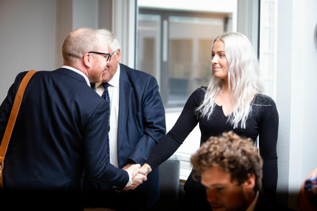 Sjefredaktør Gard Steiro hilser på Sofie Bakkemyr før behandlingen i PFU. Foto: Eskil Wie Furunes