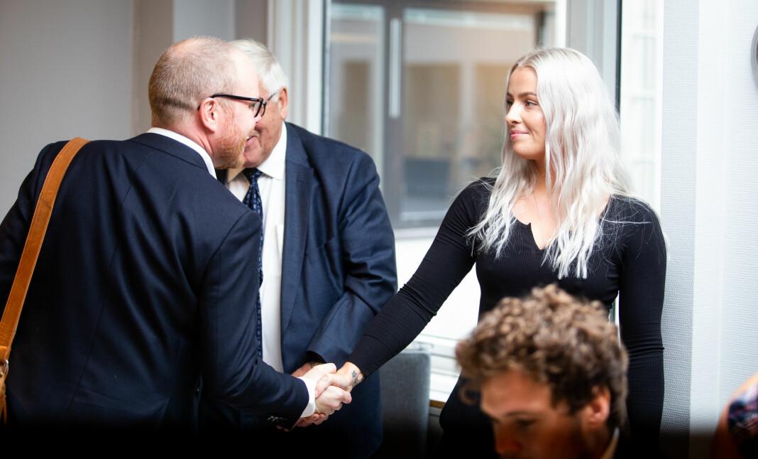 Her er VGs sjefredaktør Gard Steiro og Sofie Bakkemyr som hilser før behandlingen i PFU i august. Nå er partene enige om at saken er ute av verden. Foto: Eskil Wie Furunes