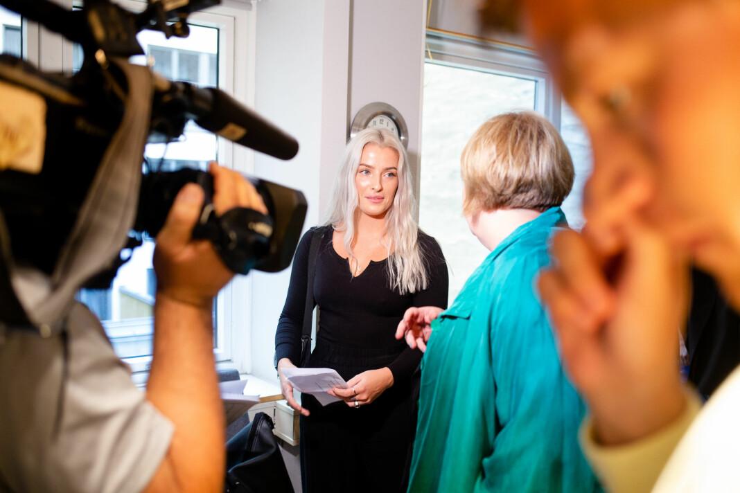 Sofie, som tidligere har varslet at hun ikke ønsker at etternavnet brukes i pressen, er fornøyd med behandlingen i PFU. Her er hun etter møtet er ferdig. Foto: Eskil Wie Furunes