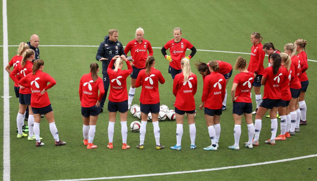 NRK skal sende fotball-EM for kvinner i 2021, samt Norges kvalifiseringskamper. Her er landslaget under trening foran fredagens kamp mot Nord-Irland i Belfast torsdag. Foto: Peter Morrison / NTB scanpix