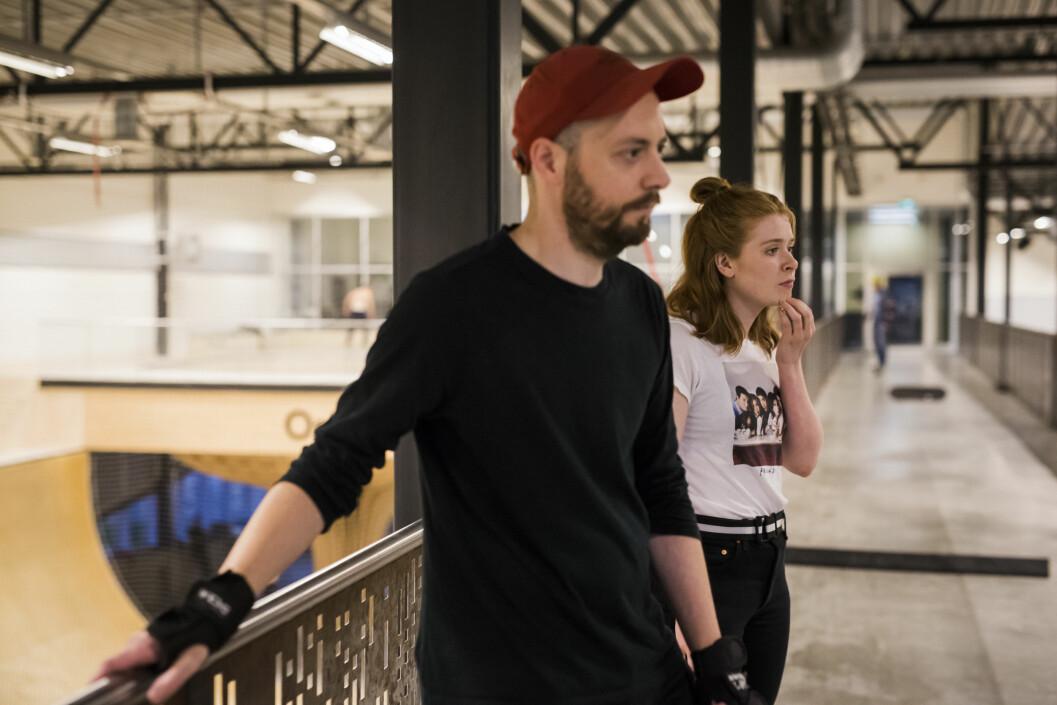 Nybegynnerne Alexander Vollevik Larsen og Vilde Bratland Erikstad i Innafor ser på noen av de litt mer erfarne NRK-skaterne. – Det gir et ganske stort kick å stå på skateboard, sier Larsen.