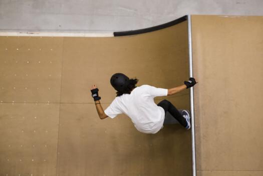 Her «dropper» han i en av de små rampene i skatehallen.
