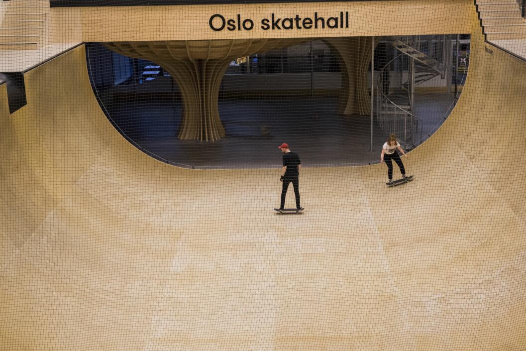 Det hender Alexander Vollevik Larsen og Vilde Bratland Erikstad prøver å skate bort til klipperommet på Marienlyst. Nå prøver de seg forsiktig i den største rampa i Oslo Skatehall.