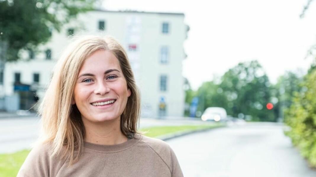 Anniken Wathne (25) har fått fast jobb som journalist i Varden. Foto: Fredrik Pedersen / Varden