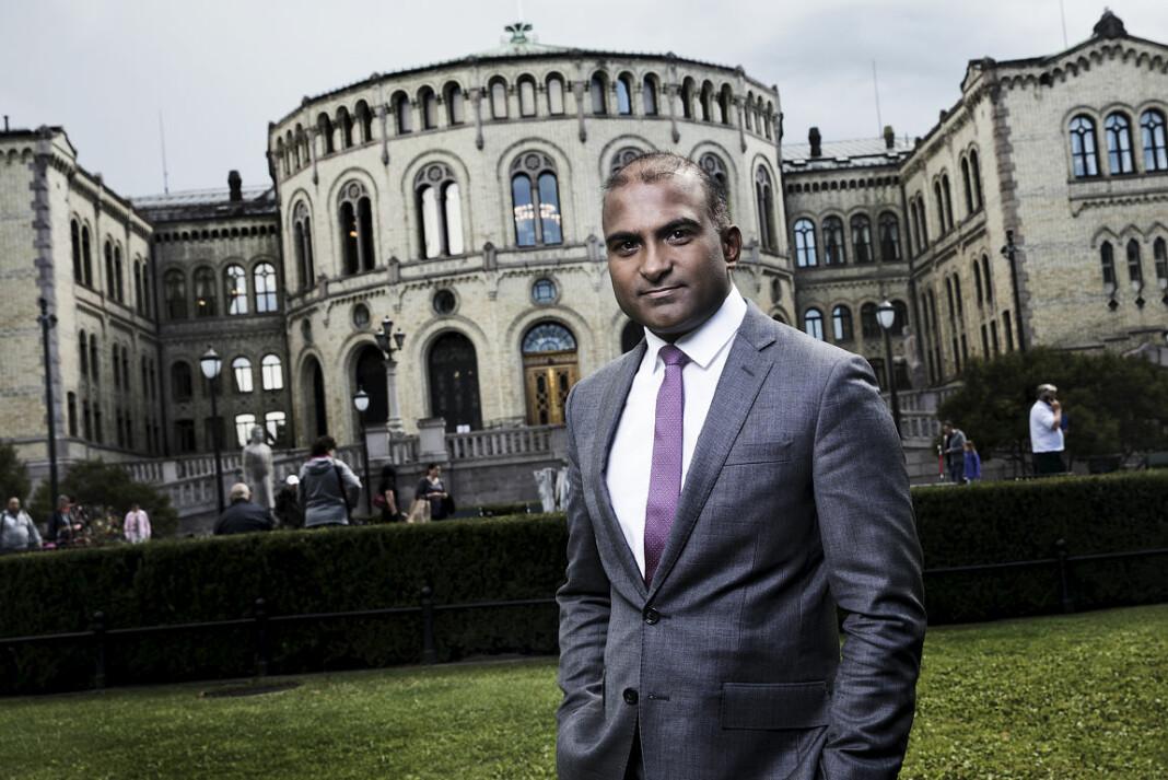 Politisk kommentator i NRK Lars Nehru Sand tenker oftere på om det er for få høyrevridde enn for mange venstrevridde journalister. Foto: Julia Naglestad / NRK