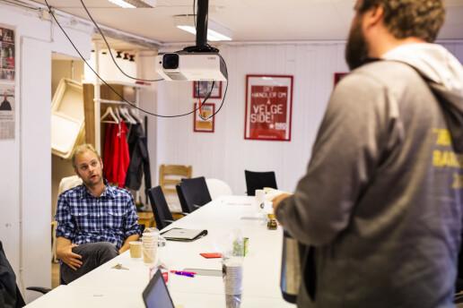 Kristjánsson og valgkampsekretær Håvard Grimsmo diskuterer hvilket valgmateriell de skal dele ut i siste innspurt.