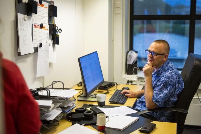 Det er en time før sending og redaksjonsleder Håvard Ovesen forbereder seg til programlederjobben, men tar seg tid til en prat med kollega Kirsten Håland.