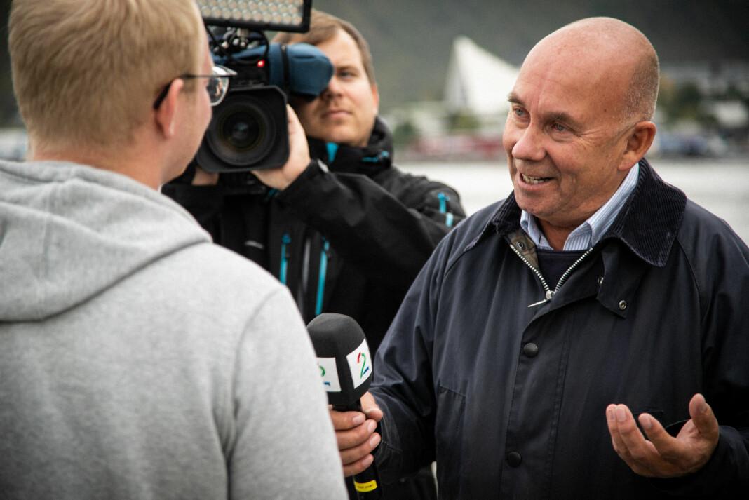 Her er TV 2-reporter Egil Pettersen på jobb for kanalen i Tromsø. Det neste året er planen at han skal få en journalistkollega på kontoret. Foto: Pål Berg Mortensen / Screen Story