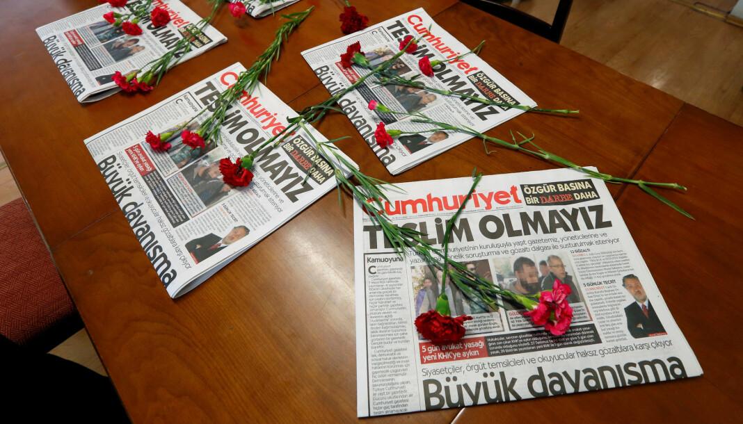 De fem tidligere Cumhuriyet-ansatte etter at de ble løslatt torsdag kveld. Arkivfoto: Reuters / NTB scanpix