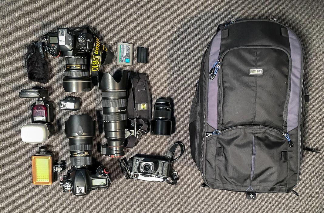 I Øyvind Bratts kamerabag finnes ofte to Nikon-kameraer, fire objektiver, samt blits, videolys batterier og minnekort. For små jobber bruker han et mindre Fujufilm-kamera, og for store videojobber holder det ofte ikke med én bag. Foto: Øyvind Bratt