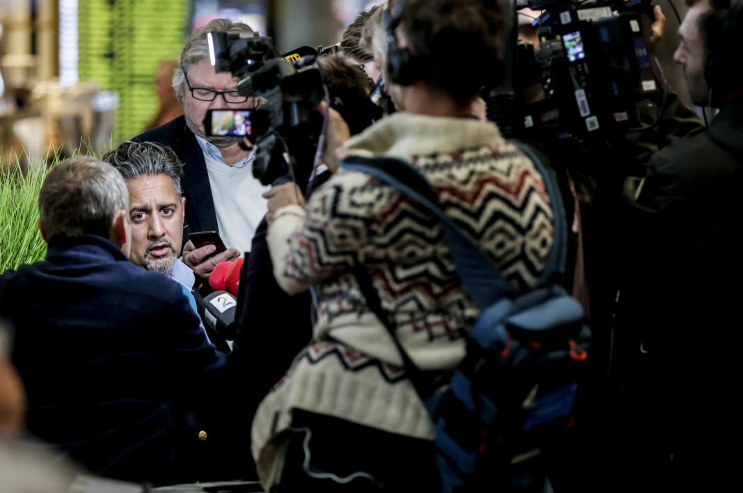 Venstres parlamentariske nestleder Abid Raja møtte pressen på Gardermoen onsdag. Foto: Vidar Ruud / NTB scanpix