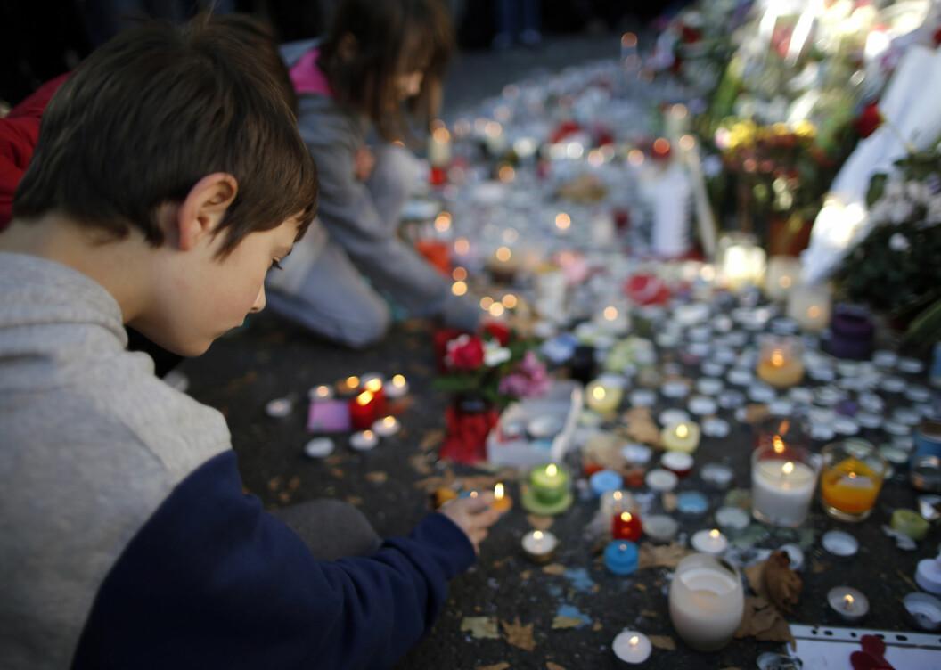 Man tenker mindre på terror i Norge enn i Frankrike, mener Vibeke Knoop Rachline. Her tenner en gutt lys utenfor Bataclan etter angrepene i 2015. Foto: Christian Hartmann / Reuters / NTB scanpix