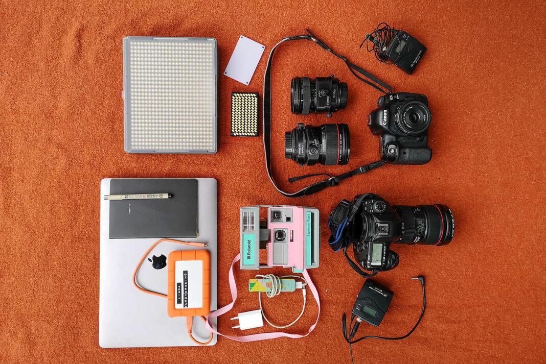 I tillegg til to fullformatskameraer, har Linda Næsfeldt blant annet med seg sitt gamle rosa og turkise Polaroid-kamera. Foto: Linda Næsfeldt