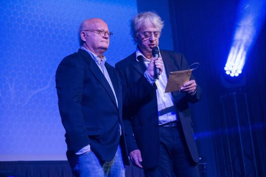 Finn Bjelke og Yan Friis gjør seg klare for å dele ut en pris. Deres «radiohjem», Radio Vinyl, ble Årets radiokanal.