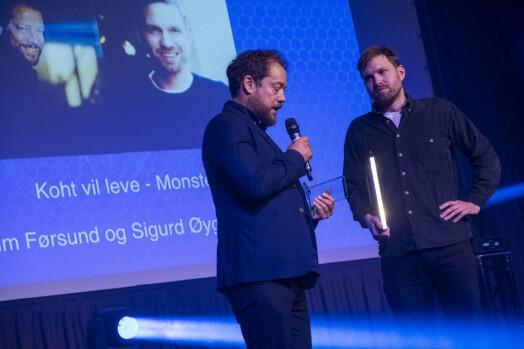 Joachim Førsund og Sigurd Øygarden Flæten tar imot prisen for årets dokumentar-podkast.