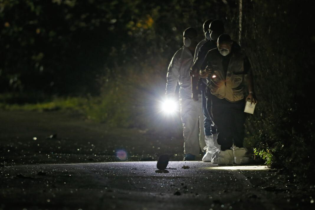 Politi leter etter bevis i området rundt der en bilbombe tok livet av journalisten Daphne Caruana Galizia. Foto: Reuters / NTB scanpix