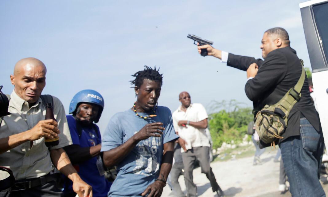 Fotograf fra nyhetsbyrået AP ble såret da senator trakk pistol og begynte å skyte