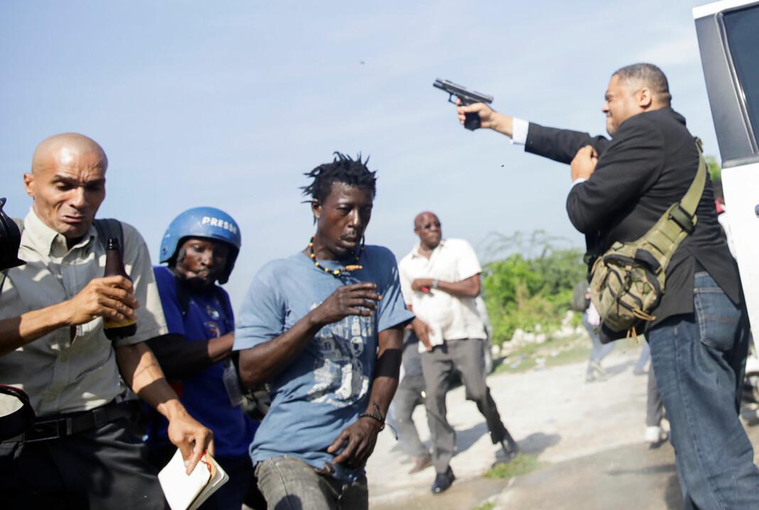 Senatoren Jean Marie Ralph Fethiere trakk en pistol utenfor nasjonalforsamlingen i Haitis hovedstad Port-au-Prince mandag. To personer ble såret i skytingen. Foto: Andres Martinez Casares / Reuters / NTB scanpix