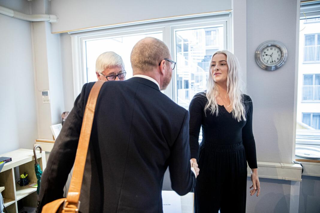 VG-sjef Gard Steiro (med ryggen til) hilste på Sofie under PFUs behandling av saken. Foto: Stian Lysberg Solum / NTB scanpix