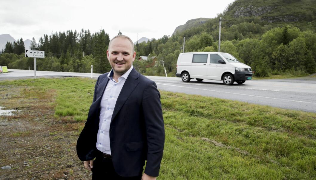 Samferdselsminister Jon Georg Dale (Frp) utlyser en ny anbudskonkurranse for avisdistribusjon. Her er han ved E39 på Ørskogfjellet. Foto: Vidar Ruud / NTB scanpix